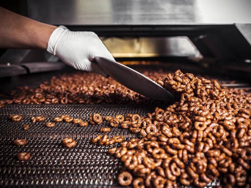 نیروی انسانی تنها جهت کنترل ، خط تولید سریال صبحانه  و بسته بندی کاملا بهداشتی و مکانیزه